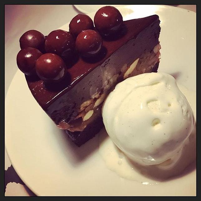 #thereisalways #asecondstomach for #dessert #nomatterhowfull 😝 #chocolatenutdoorstop w/ #icecream 🍰 #instafood #instadessert #foodporn #foodlover #burpple #happymeal #happyfriday #pscafesg #pacafe #angsianghill #felzfooddiary