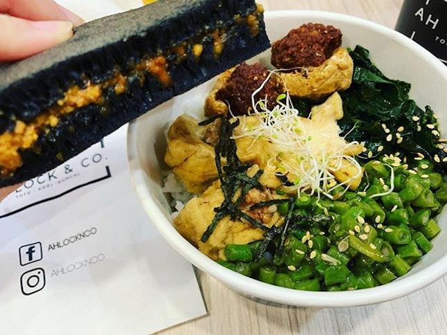 #healthyproteinbowl #hakkatofubowl #charcoalpeanutpancake #yummilicious #eatgreen #eathealthy #instafood #foodporn #foodlover #burpple #instalunch #ahlocknco #tanjongpagarcentre #felzfooddiary