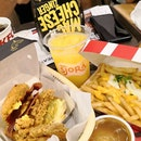 Mac 'N Cheese Zinger, the latest creation from KFC was supposed to give an extra cheesy moment between me and my food but I'm disappointed that the relationship is just not cheesy enough.