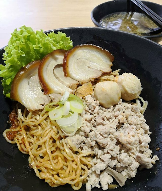 A new stall has pop out in @yishunparkhc and they are selling Minced Meat Noodles.😍 @51mincedmeatnoodles not only sell your ordinary Bak Chor Mee but also sell a fusion type.😮 Signature Noodles($5)🍜 You can choose either Mee Kia/Mee Pok/Kway Teow.