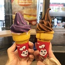 📍Ube/Chocolate dip cone twirl (P15) 📍Jollibee 📍Manila, Philippines  Realised that philippines is really big on ube, so it was kind of mandatory to try out the ube cone at their most famous fast food chain?😂 .