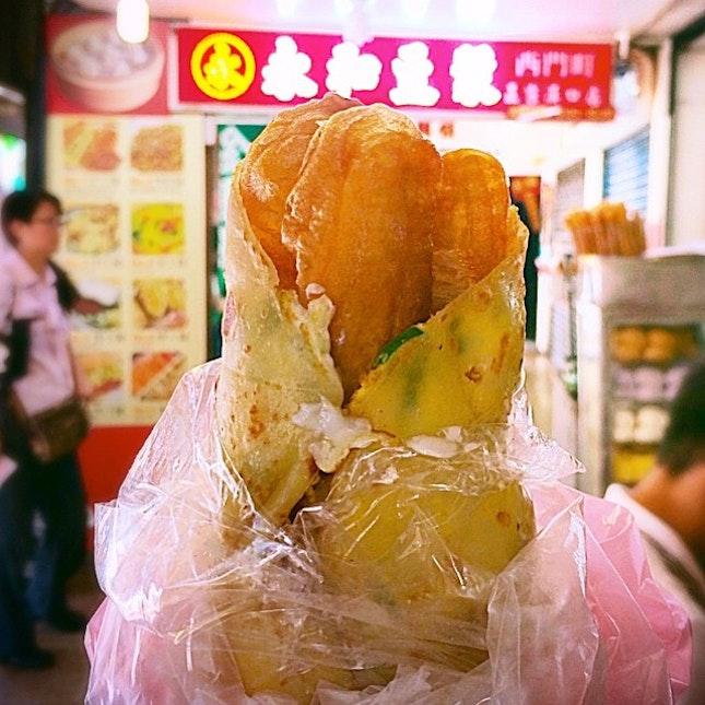 你好,#台北 !早安,#西门丁 !  油条蛋饼 from the overrated #永和豆漿 to kick start the day☀️ So oily!!😤 #travel
