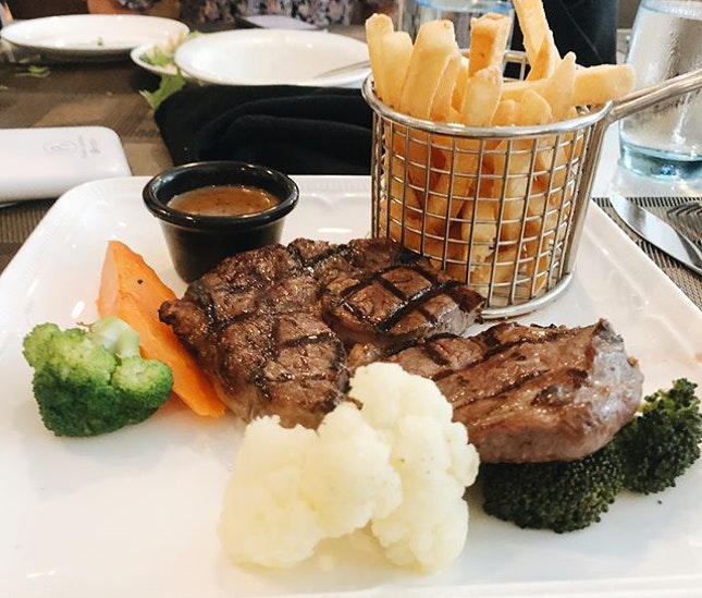 📍NUSS Suntec City Guild House ⠀⠀⠀⠀⠀⠀⠀⠀⠀ 🚇Suntec City MRT ⠀⠀⠀⠀⠀⠀⠀⠀⠀ 💰$28 for clubhouse marbled steak special, $32 for baby back bbq pork ribs, $11 apple crumble, add $2 for mango pudding dessert for certain set meals ⠀⠀⠀⠀⠀⠀⠀⠀⠀ ✏️ My favourite thing about this place would have to be the posh fine dining atmosphere!!