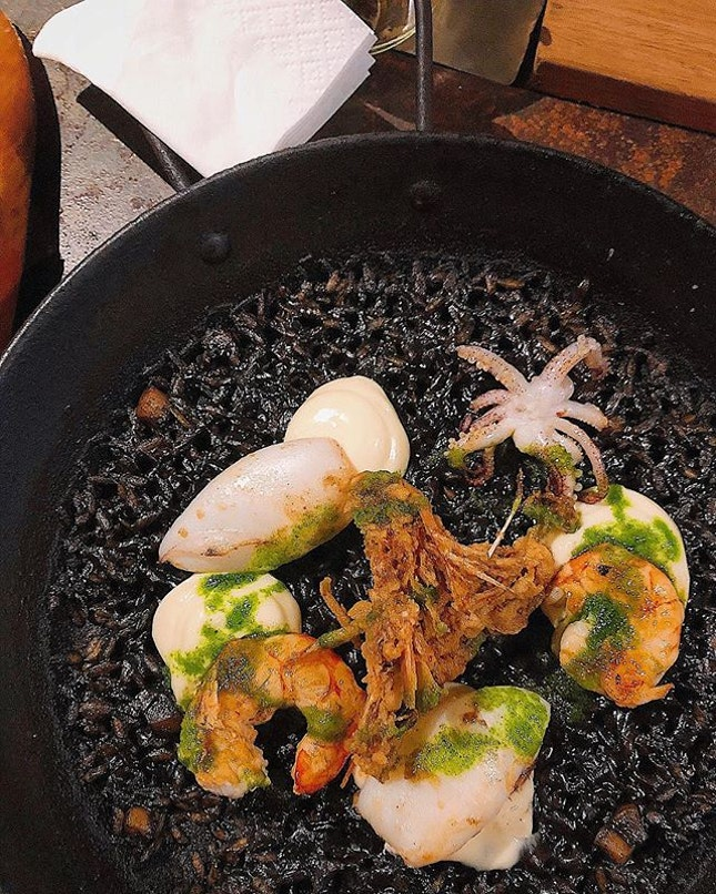 [Clarke Quay] The deceptively plain-looking Squid Ink Paella ($26) had a deep flavour infused into every grain; nice crunchy bits of toasty socarrat, topped with grilled prawns and (slightly undercooked) squid.