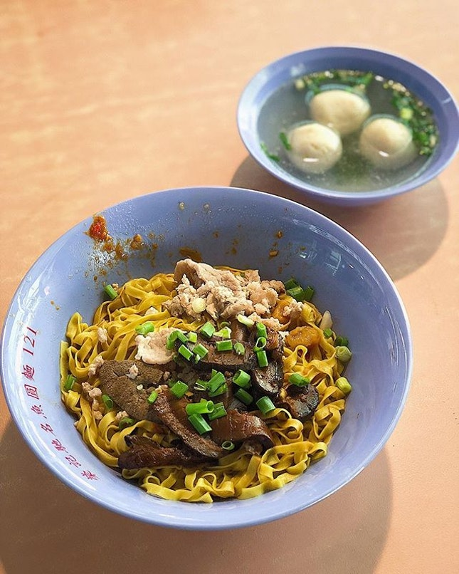 [Bukit Merah] A decent bowl of noodles ($4) here at Yong Kee, with just enough kick from the vinegar and fish balls that weren't too shabby at all.