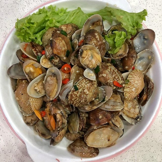 [Aljunied] Their garlic and chilli la la ($24) come wonderfully plump and juicy, being coated in a savoury sauce that balances the garlic flavour with saltiness and heat from the chilli perfectly.