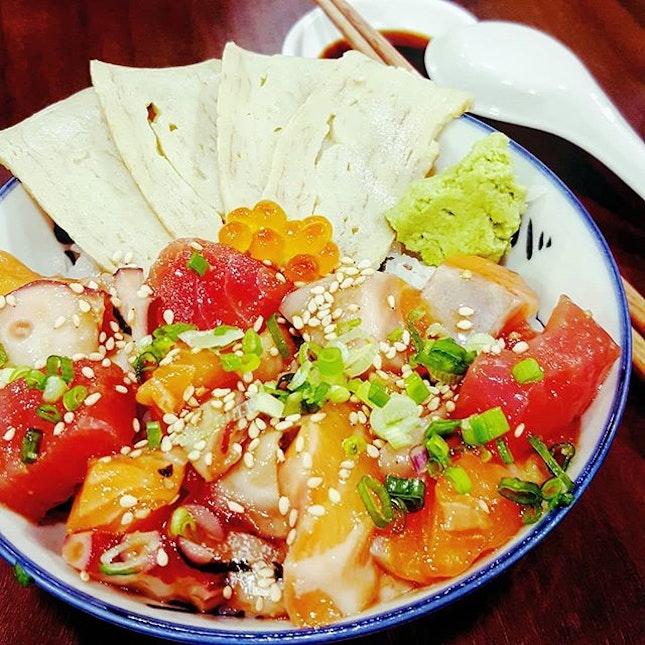 🍱: Fresh-cut sashimi-grade seafood packed into a bowl of barachirashi-don.