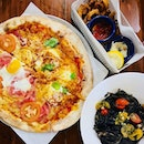 🍕🍝: Throwback to the amazing thincrust pizza, squid ink linguine and calamari we had @peperonipizzeria Mamma mia~!