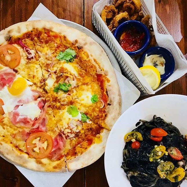 🍕🍝: Throwback to the amazing thincrust pizza, squid ink linguine and calamari we had @peperonipizzeria Mamma mia~!