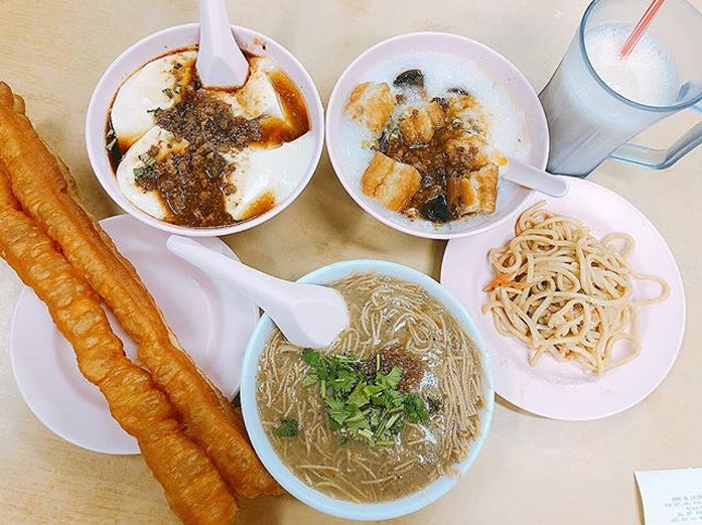 Singapore food hunt 📌 [Aljunied, Singapore 🇸🇬]👇🏻#oneadayinSG ——————————————— ✔️ Soy Milk, S$1.60 ✔️ Salty Beancurd, S$2.50 ✔️ Pork & Fermented Egg Porridge, S$3.50 ✔️ Mee Sua, S$4 ✔️ Fried Dough Fritters, S$1.40 ✔️ Cold Noodles, on the house .