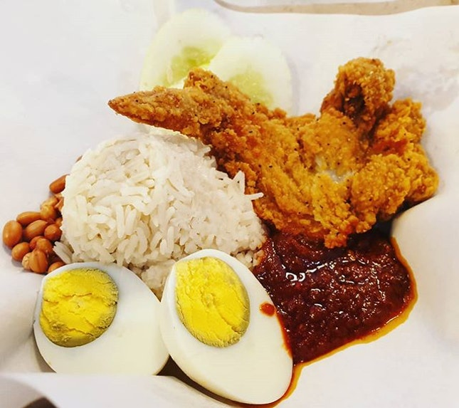 Surprisingly good nasi lemak 😍 very fragrant rice, nice chicken wings and chilli!