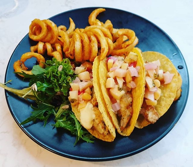 Crispy Fish Fillet Tacos😊 ($23++) + Spicy Crabmeat Pasta😐 ($24++): Tt curly fries is 😍 the tacos had multiple dimensions in taste with the mixture of mango, tomato, onion and pineapple (?) It's pretty 😍 just a little messy/ difficult to eat.