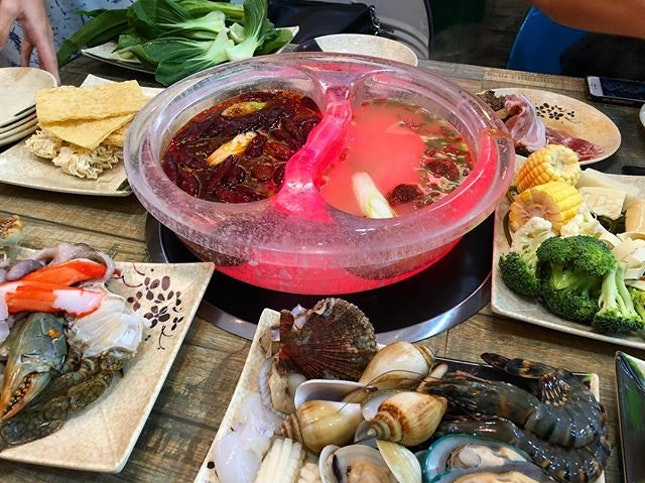 Rainy days are meant for yummy hotpot with comforting soup for the souls.