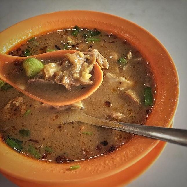 """""""Mutton Tongue Soup $6""""  シンガポールの南インド系の移民が作った、本国インドんはない(らしい)マトンスープ。  スパイスの効いたカレー味のスープにマトンがゴロゴロ入ってます。  スパイスが効いてるけどまろやかで辛くはなく、マトンの臭みもさほどなく、どことなく優しい味で美味しい〜!! ・ これはハマりそう。  ところでラムとマトンの違いってわかりますか?  どちらも羊肉ですが、ざっくり言うと年齢で別れているんです。  ラムは生後1年未満(永久歯の生えていない)仔羊のことで、マトンは生後2年〜7年(永久歯が2本以上生えている)メスの羊か去勢されたオスの羊のことを指します。  ラムは臭みが少なく、肉質も柔らかいのに対して、マトンは羊肉独特の牧草のような香りが強く、ラムより引き締まっていて赤みが強いんだそう。  ラムに含まれるLカルチニンは脂肪燃焼を助けてくれる成分で、Lカルニチンがここまで豊富に含まれる食品はほとんどないそうです。  ラムとマトンの間の生後1年以上2年未満のお肉でボゲットという羊肉もあるそうです。  #マトンスープ #マトン #ラムとマトンの違い #間がボゲット  #ホーカーズ#シンガポールグルメ#シンガポールごはん#シンガポール生活 #シンガポールライフ #シンガポール #シンガポール在住 #シンガポール旅行 #lovesg #singapura #singaporelife #シンガポール子育て  #singaporeinsta #igsg #🇸🇬 #駐妻#hawkerfood #hawker #sghawker #sghawkerfood #singaporelife#sgfood#sgeats#sgfoodies#foodpics#burpple#みど散歩"""