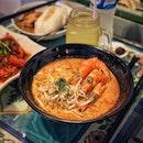 """""""Japanese favorite Laksa is next Singapore Musical Box Museum"""" ・ 📌Chong Wen Ge Cafe ・ オルゴール博物館の隣にプラナカンタイルが一際可愛いカフェがあります。  Nyonya Laksa $11.8  ここのところ$5以下のローカルラクサばかり食べていたので、なかなかいい値段するのね、って思ってたら大ぶりのエビが三匹も入っていてゴージャス。  ココナッツミルクが濃くてクセもなく、食べやすい日本人好みの味。 ファンも多いはず。  また食べたいな〜と思っていたら、本当にさっき知ったのですが、賃貸契約の問題がなんちゃらとかで、なんとなんと「明日」で閉店なんだそうです。  実は1つ前にポストしDapper Coffeeのシェフが遅刻してきて、場所を変えた先がこちらでした。  閉店前に食べれて本当に良かった。  #遅刻シェフの大逆転 #遅刻してくれてありがとう (笑) #移転でありますように  #chongwengecafe @chongwengecafe #nyonyalaksa #laksa #singaporemusicalboxmuseum  #シンガポールグルメ #シンガポール #シンガポール生活#singaporelife #シンガポール在住 #シンガポール旅行 #lovesg #singapura #singaporeinsiders #singaporeinsta #igsg #🇸🇬 #sgfood#sgeats#sgfoodies#foodpics#burpple#sgfoodporn#eatoutsg#みど朝活隊"""