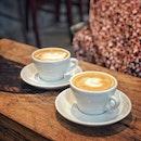 """""""Not hidden but unknown cafe like a secret base"""" ・ 📌DECK ・ 全然隠れてないし、ドーンとあるのにあまり知られていない、どこか懐かしい秘密基地のようなカフェ。  わたしが生まれ育った街は埋立地で空き地がいっぱいあったので、毎日のように秘密基地で遊んでいました。  どうやら奥のコンテナはギャラリーになっているみたい。  カフェは屋内はカウンター席とソファー席が1つあるだけで、外のドラム缶などを使ったアウトドアな雰囲気の席の方が多いです。  カウンターには、優しすぎるお兄さんがいて、優しい優しい接客をしてくれます。  お目当てのロールケーキはこの日はありませんでしたが、代わりにパンナコッタを出してくれました。  これがまた美味しかったので、ロールケーキへの期待度が高まりました。  そうそう、コーヒーのメニューにGround Zero $5というのがあって、どういうコーヒーなのか聞いてみたところ、こちらのカフェにはコーヒーを淹れる器具や道具が色々あるので、自分で好きなのを使ってコーヒーを淹れれるというメニューだとか。 お客さんがお金を払ってキッチンに立って自分のコーヒーを淹れるというなんて斬新な。 しかもお店の人に淹れてもらうラテと同じ価格。 そんなに需要があるんだろうか? わたしはできればプロに淹れてもらったコーヒーが飲みたいです(笑)  あと冷蔵庫で冷やされていた缶ジュースがどれも$10超えでびっくり。 レアものなんだろうけど、にしても高すぎる。  とかなんだかんだ言って、こういうとこ好きです。  #decksg @deck_sg  #シンガポールグルメ#シンガポールカフェ#シンガポール生活 #シンガポール #シンガポール在住 #シンガポール旅行 #lovesg #singapura #singaporelife #シンガポール子育て #🇸🇬 #singaporeinsta #singaporeinsiders #igsg #singaporecafe #sgcafe#sweettooth #sgcafehopping #eatoutsg #foodpics #burpple #みど朝活隊"""
