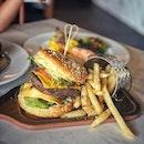 """""""It's our first visiting Bukit Batok, Part 1"""" ・ 📌Cuppafield ・ Kids Stop行くついでにちょっと先までバスに揺られて・・・ なーんもない交差点にあるぽつりとあるカフェ。  店内は広々。  フードメニューは安いのに、美味しくてボリューム満点。  Old School Cheeseburger $11.8 Salmon Stake $14.8 Mac and Cheese $8.8  しかもGSTもサービス料もチャージなし。  ハンバーガーは200gのビーフパテがチェダーチーズでサンドされてて、トーストされてるセサミバンズがこれまた香ばしくて、クラシックを超えたクラシック。  大人でも両手で食べないといけないくらいの大きさで(途中の息子との写真が半分の大きさ)、お肉の写真など撮れませんでしたが、少し赤みが残る程よい焼き加減で子供も大人も楽しめます。  これにポテトが付いて11.8ドルとは驚き。  サーモンも安いと薄っぺらいサーモンが出てくること多いけど、肉厚で味加減焼き加減も好みのやつで、マッシュポテトの上にオランダーズソースが掛かったソースがまたよく合う。 息子がこのソースが気に入ってポテトに付けて食べてました。  パスタもチーズが濃厚で、外食嫌いの娘も美味しい美味しいと完食。  セルフコーナーには水やカラトリー、調味料の他、可愛いキッズプレート各種あり、ベビーチェアあり、WiFiあり、広くて綺麗なトイレあり。  場所がちょっと・・・いや、だいぶ辺鄙なところにありますが、KidsStopまではバスで10分くらいです。  #cuppafield @cuppafield @cuppafieldcafe #bukitbatok  #シンガポールグルメ#シンガポールカフェ#シンガポール生活 #シンガポール #シンガポール在住 #シンガポール旅行 #lovesg #singapura #singaporelife #シンガポール子育て #🇸🇬 #駐妻 #singaporeinsta #singaporeinsiders #igsg #singaporecafe #sgcafe#sweettooth #sgcafehopping #eatoutsg #foodpics #burpple #みど散歩"""