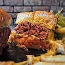 """""""Juicy Burger"""" ・ 📌Two Blur Guys ・ 信号待ちをしてる時、いつも気になっていたハンバーガー屋さん。  友達を誘って行ってみました!  ハンバーガーは$12.9〜$14.9(1つだけ$23.9)で+$5.9でサラダとフライドポテトとドリンクをセットにできます。  Extreme Cheese Burger $13.9  チェダーチーズとグリュイエールチーズとナチョチーズソースがとろ〜り。 ハンバーグが肉厚で肉汁たっぷりの超ジューシーで肉肉感がすごい。 ちなみに焼き加減はミディアムでこの感じなので参考にしてください。  場所がダンジョンパガー駅から近くてアクセスしやすいのも良し。  駅近で肉肉しいハンバーガーを食べるならここ。  #twoblurguys @twoblurguys #sgburger #hamburger #cheeseburger #tanjongpagar  #シンガポールグルメ#シンガポールハンバーガー #シンガポール生活 #シンガポール #シンガポール在住 #シンガポール旅行 #シンガポール観光 #シンガポールおすすめ #シンガポール暮らし #シンガポール情報 #シンガポールランチ #ダンジョンパガー #singaporeinsiders #travelsingapore #singaporetrip #singaporelife #sginstagram #igsg #singaporediaries #sgfood #sgfoodies #sgeats #sgfoodies #sgfoodstagram  #burpple #みど朝活隊"""