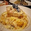 """""""Winner of the Napoli World Pizza Championship"""" ・ 📌Trattoria Pizzeria Logic ・ 世界大会優勝の日本人ピザ職人監修のイタリアンレストランでランチ。  ランチセット(サラダ+ピザorパスタ+コーヒーorティー) $18 ①Pizza Margherita ②Pizza Parinara ③Spaghetti with Mixed Mushroom  ❶Tiramisu +$2 ❷Panna Cotta +$2 ❸Almond & Ricotta Cake $5 """"Fettuccine"""" with shrimp in lemon cream sause $22  サラダ・ドリンク付きのお得なランチセットを3セット、追加でデザートも付けて。 そして、どうしても食べたかったレモンクリームパスタは別途オーダー。  まず最初に運ばれてきたセットサラダが生ハムサラダ。 しかも結構量あります。  ピザ窯で焼かれたピザはもちろん絶品。  でもやっぱり頼んで良かったのが、レモンクリームパスタ。  まず見た目のインパクトよ。 くり抜かれたレモン半分にエピとクリームソースとランプフィッシュキャビアがフェットチーネパスタの上にドーン! このソースを掛けるのがこれまた楽しい(笑) 握力鍛えるためですか?ってくらい硬いパスタトングでふるふるさせながら掛けるその様子を黙っては見てられるわけもなく、「フー♡フー♡」で大盛り上がり。(音声はあえて音楽に変更させて頂きました。) 濃厚クリームソースとパルメジャーノレジャーノとペコリーノの2種類のチーズ、パセリオイルがフェットチーネによく絡む絡む。 濃厚なのに、レモンでさっぱり。 家でも作ってみたいな〜。 デザートが3種類あったので、追加で$2〜$5払ってオーダー。  個人的にはねっとり系パンナコッタが好みでした。  お店の雰囲気もすごくオシャレで、手前にカウンター席とソファー席、奥に半個室と広いスペースがあって、落ち着いた雰囲気の中の緑が映える素敵空間になっていました。 私たちは幼児が2人いたからか、予約したわけではありませんが、半個室に案内してくださり、完全に仕切られているわけではないのですが、音はきちんと遮られていたのでゆっくりできました。 子連れで個室をご希望の場合は予め予約していくと確実かもしれません。 ベビーチェアもありました。  2012年世界大会で優勝した庄司さんが監修するLogicは、大阪をはじめとする18店が日本にあるそうです。  #logicsg #pizzalogicsg #pizzalogic #trattoriapizzerialogic #neapolitanpizza @pizza_logic_sg #pizzas  #シンガポールグルメ#シンガポール生活 #シンガポール #シンガポール在住 #シンガポールおすすめ #シンガポール暮らし#シンガポール情報 #シンガポール旅行  #singaporeinsiders #travelsingapore #singaporetrip #visitsingapore #singaporelife #sginstagram #igsg #singaporediaries #sgfood #sgeats #sgfoodies #sgfoodstagram #exploresingaporeeats #sgfoodtrend #sgfoodporn #burpple"""