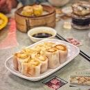 📌Legendary Hong Kong ・ ジュロンポイント の香港街に行列の絶えない地元民に人気の香港レストランがあります。  週末ですが14時過ぎの入店でも広い店内はほぼ満席。  注文は漢字がズラーっと並んだ紙に記入するスタイルですが、頼めばメニューをもらえて、全てではないですが写真も載ってるのでイメージしやすいです。  ここで必ず頼むのが、写真1枚目のThick Rice Roll with Deep-fried Shrimp Spring Roll $5.8++ 柔らかくてもちもちの米粉の生地で衣サクサクで甘くてぷりぷりのエビフライを包んだ春巻きで、マストトライです。  アイス香港ミルクティー $2.8とCustard Crust Ban with Butter $2.5のコンビも最高。  可愛いブタまん $4.0の中身は濃厚なエッグカスタードで見た目に反して本格的。  何を食べても美味しいし、安いし、人気なのも納得。  ここでも可愛いミニチュアを見つけてパシャリ。  子供がシルバニアが好きなのがよくわかる。 ママが欲しい。  #legendaryhongkong @lhk_singapore #jurongpoint @jurongpoint #ミニチュアフード #miniaturefood  #シンガポールグルメ#シンガポール生活 #シンガポール #シンガポール在住 #シンガポールおすすめ #シンガポール暮らし#シンガポール情報 #シンガポール旅行 #香港レストラン #香港点心 #singaporeinsiders #travelsingapore #singaporetrip #singaporelife #sginstagram #igsg #singaporediaries #sgfood #sgeats #sgfoodies #sgfoodstagram  #burpple #みど散歩