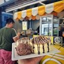 📌Sweet.Rex ・ SOUFFLÉ PANCAKE W ICE CREAM $5 ・ ふわっふわのスフレケーキが2枚でなんと$4、アイスを付けても$5で食べられちゃう。  Alexandra Village Food Centre内にあるスフレパンケーキのストール。 AJマフィンの並びにあります。 いつも定休日に当たってしまいなかなか食べれずにきましたが、ついにその時が。  アイスはバニラ、ストロベリー、チョコレートから選べます。 多分ソースも上記の味の中から選べます。  パンケーキは想像以上にふわっふわ。 これで$4はお財布に優しすぎる。 子供のおやつにももってこいです。  出来上がりまで10-20分掛かるのでタイミングよくオーダーするといいと思います。  #sweetrex @sweet.rex #soufflepancake #alexandravillagefoodcentre  #sghawker #hawkerfood #hawkercentre #sghawker #hawkerfoodsg #hawkersg  #singaporetrip #travelsingapore #singaporeinsiders #singaporefoodie #singaporefoodlover  #シンガポール #シンガポールランチ #シンガポールホーカーズ #シンガポールおすすめ  #シンガポール生活 #シンガポール情報 #シンガポール旅行  #シンガポール観光 #シンガポール在住 #burpple #みど散歩