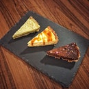 📌Prodigal Cafe ・ Matcha White Chocolate Tart $7 Miso Cheese Tart $6 Whisky Chocolate Tart $8 ・ 味噌チーズケーキとチーズトーストが有名なProdigal Cafeのデリバリーをリピート。  今回はケーキのみ。  メニューには載っていない裏メニューの抹茶ホワイトチョコレートタルトと、何度でも食べたい味噌チーズケーキタルトとウイスキーに惹かれてウイスキーチョコレートタルトを。  抹茶ホワイトチョコレートタルトはムースみたいにふわふわの抹茶生地に柔らかめのしっとりタルトが良き。 メニューにはない裏メニューなので、毎日あるとは限りません。 ワッツアップでいつならオーダーできるか事前に確認してみてくださいね。  ウイスキーなんて飲んだこともないのに好奇心だけで頼んだウイスキーチョコレートタルトは、わたしには大人過ぎました(笑)  箱から出すときにちょっと指についたチョコをペロリしただけで、はっ!とする味。 チョコレートもビター。 お酒の弱いわたしは、一口食べただけで首から上が熱くなっていく(笑)  デリバリーの対応もとても丁寧で、配達も時間通りにしっかり。  もうしばらくIslandwideデリバリーを続けてください!  @prodigalcafe #prodigal #prodigalcafe # #misocheese #misocheesetart #cheesetart #matchatart #matchawhitechocolate #whiskychocolate #whiskycake  #islandwidedelivery  #おうち時間を楽しむ #飲食店を応援しよう  #stayhome  #싱가포르카페 #싱가포르생활 #กาแฟสด #สิงคโปร์  #シンガポールカフェ #シンガポール #シンガポール生活 #シンガポール在住  #シンガポールグルメ  #sgcafehopping #singaporelife #sgfood #sgfoodies #sgfoodstagram #sgcafes #burpple