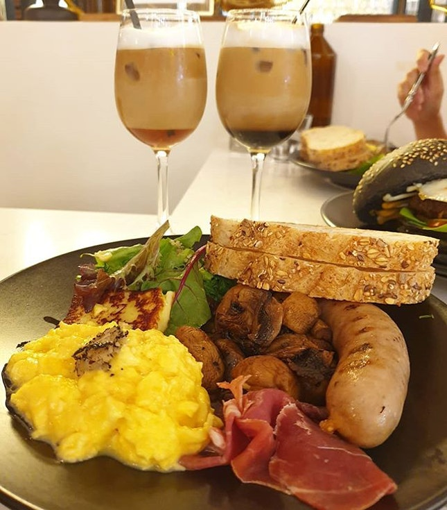 [📍Singapore] Here's the Academics Breakfast to make your Sunday a happier one - a huge breakfast plate filled with sausage, parma ham, truffle scrambled eggs, halloumi, toast and loads & loads of sauteed mushrooms.