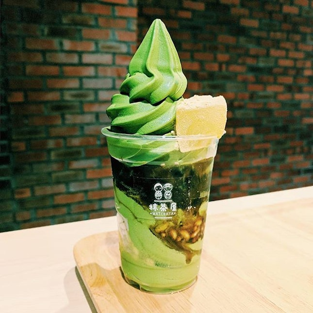 🍦kinako kuromitsu parfait🍡 • uji matcha soft serve • kinako warabi mochi • shiratama mochi • roasted soybean powder • okinawa black honey • azuki red bean paste • rice puffs  this was such a treat!!