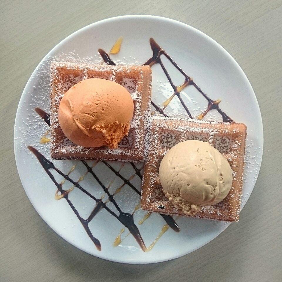 thai milk tea x salted caramel ice cream ($6.50 for 2 waffles and 1 scoop) @ beans & cream