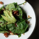 Baby spinach salad with avocado, mushroom & crispy bacon