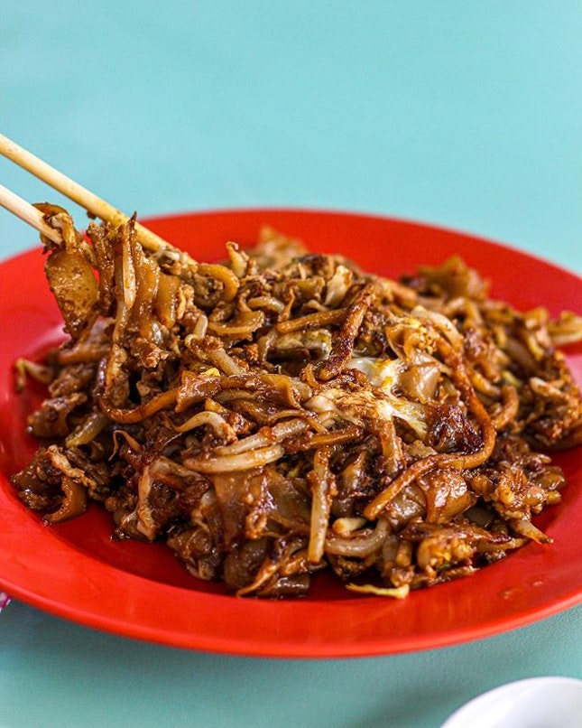 [🇸🇬] #culivinarysg  BIB GOURMAND OUTRAM PARK CHAR KWAY TEOW at Hong Lim Food Complex The queue was long for this kway teow but it was quite fast so it took me only a while before I received my plate of Michelin Bib Gourmand awarded kway teow.