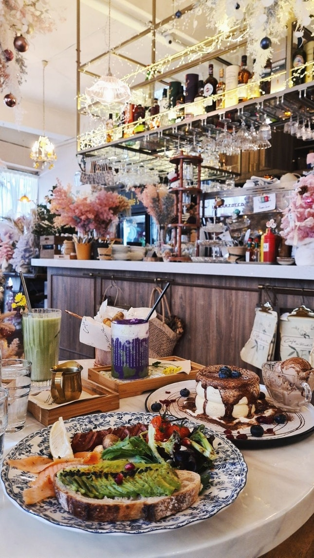 Super pretty interior, innovative drinks, but average food