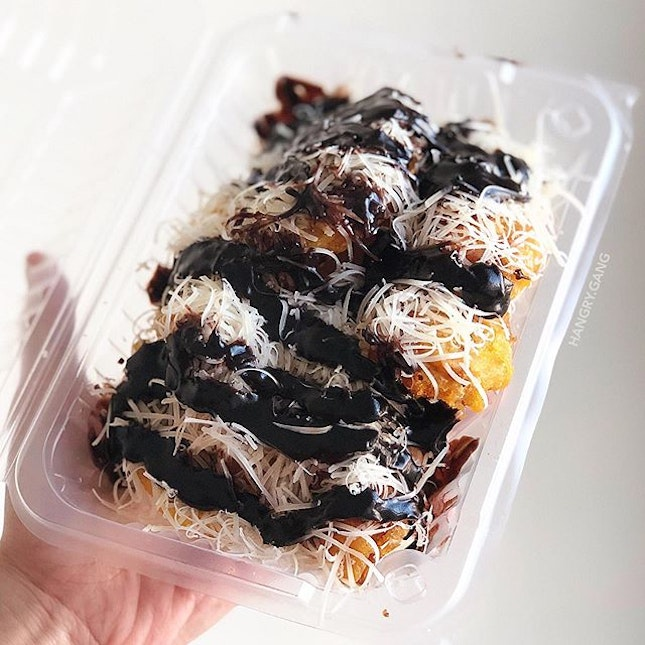 Drip, drip chocolate sauce drizzle 🍌🧀🍫❤️ I know many of you will be against weird combos such as this, Fried Banana + chocolate sauce + grated cheese but few months back I have this craving of just wanting this combo!