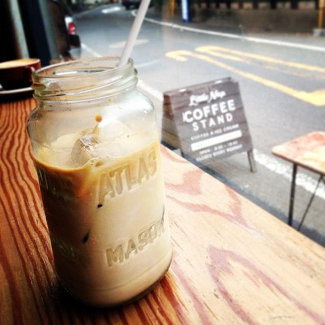คาเฟ้ลาเต้เย็นที่ซ่อนตัวอยู่หลังสวนโยโยงิ รสกาแฟเบลนเอง เจ้าของชอบหายตัวไปค้นหาเมล็ดกาแฟตามแหล่งต่างๆ โอเค ถ้าจะทุ่มเทขนาดนี้ เรายอม iced Cafe Latte, tucked away behind Yoyogi Koen.
