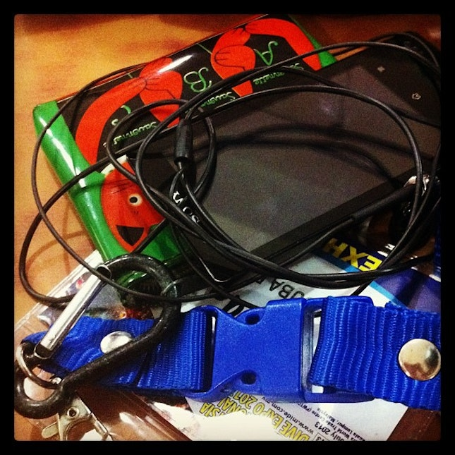 #gadget #tech #cat #purse #padi #earphone #orange #blue #sony #player #pod #expo #tag #dinner #chill #hungry #waiting