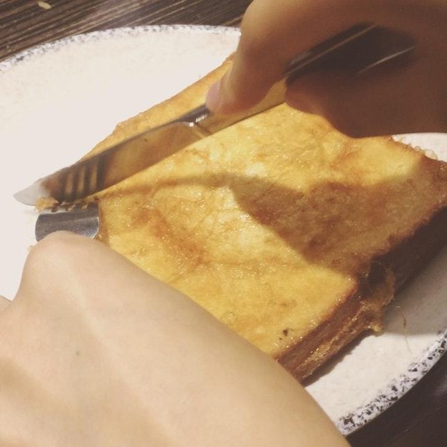 Lau Saa Do Si (Custard toast) cutting by @honcheukyee ☺️ add oil to your last paper in univ <3 #流沙多士