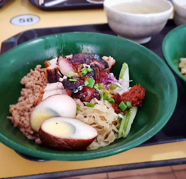Queued 20 minutes for this #foodkinggood bowl of Char Siu + Roast Pork Hakka Noodles (around $6 after adding egg).