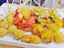 [Zaolek Lok Lok] All-you-can-eat deep-fried skewers sprinkled with a tasty seasoning powder.