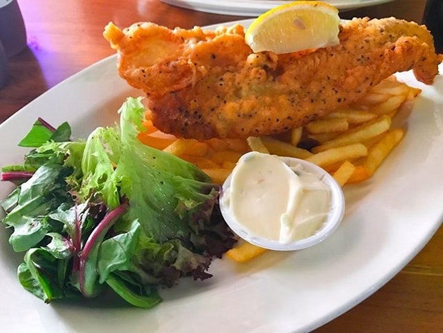 Look at this huge fish and chips 😍 Was around raffles place and saw their lunch deal starting from price $10 to $13 nett includes one soft drink or juice 🤩 will visit again to try out other dish 😋