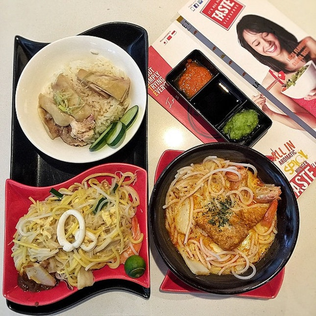 [02 June 14: Lunch] Having local delight (Chicken a Rice, Fried Hokkien Noodle and Laksa) tapas set from Ibis Hotel, Taste cafe.