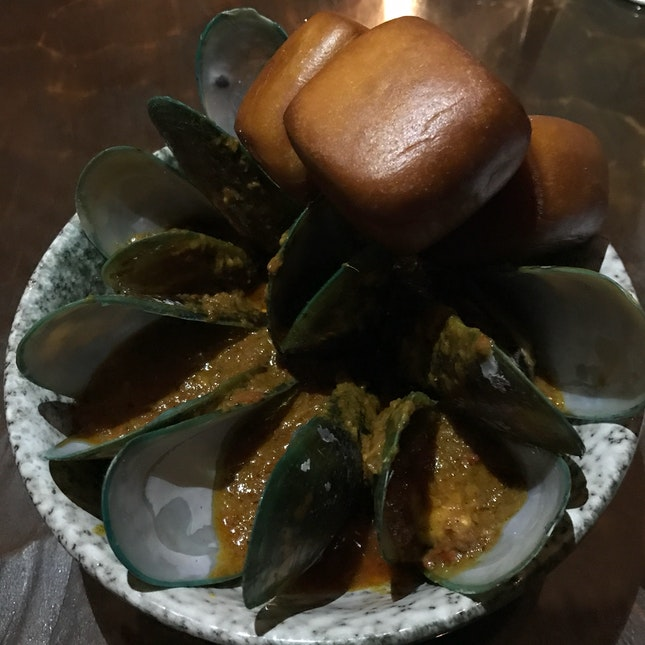 Curry Mussels w/ Mantou & Homemade Curry [$16]
