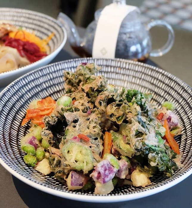 Focused not only on theminimalistic yet elegantaesthetics of theswanky lobby lounge, I was also there for the cafe's healthful menu of Asian-influenced rice bowls, salads, broths, sandwiches, and herbal teas.