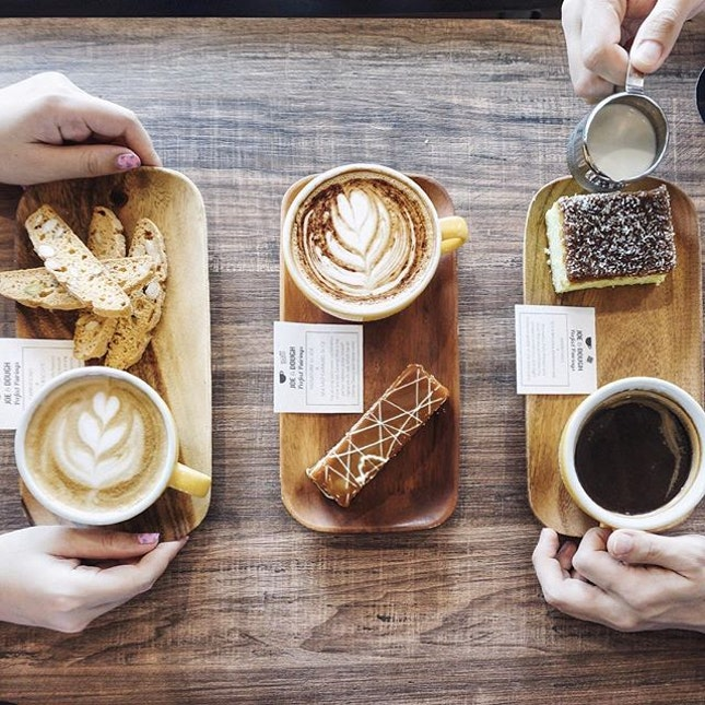 Coffee and cakes pairing to start your weekend .