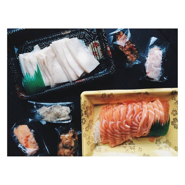Sushi and tea on a rainy day 🍣🍵