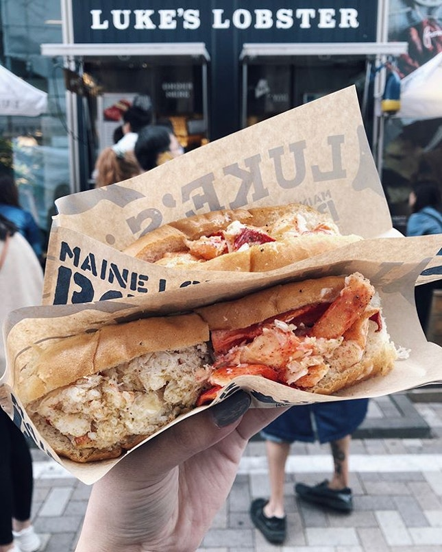 Lobster roll (Regular) (¥980) and Lobster & Crab half and half roll (¥1580) 🦀 Queued for about half an hour for this and it was well worth the wait.