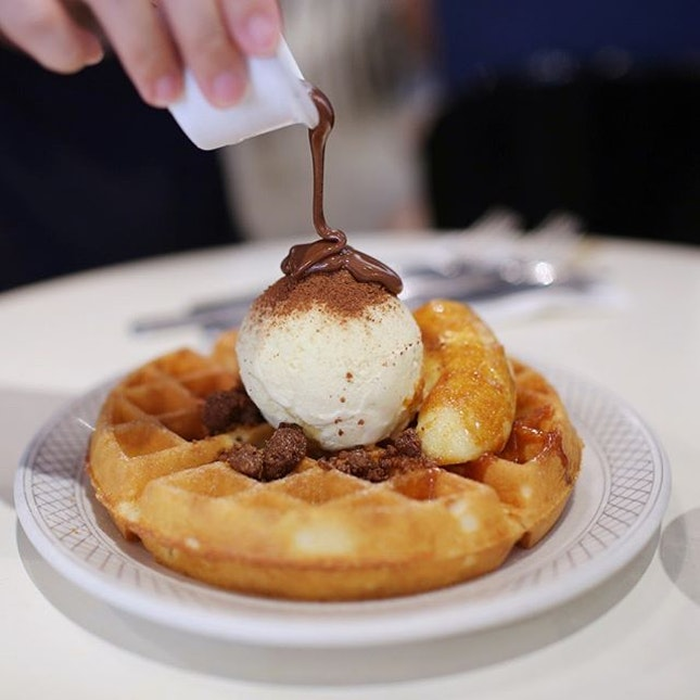 I've been to waffle heaven, it's located approximately 400 meters from Outram Park MRT exit F at @strangersreu 🥰 Drizzling the chocolate sauce over the Milo powered legit vanilla ice cream that is so perfectly round.
