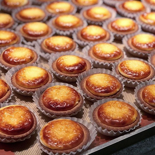 Chanced upon BAKE in Japan and saw through the open kitchen that the staff was meticulously trimming each tart as part of QC process.