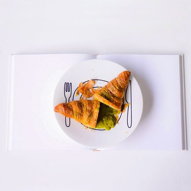 Need a bedtime sweet ending~ thinking of these #matcha croissant from @antoinette_sg.