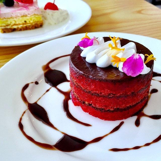 Red velvet cake from cake avenue :) #redvelvetcake #cakemania #dessert #cakeavenue #sgig #sgfood #sgfoodbunnies #food #foodporn #foodstagram #burrple