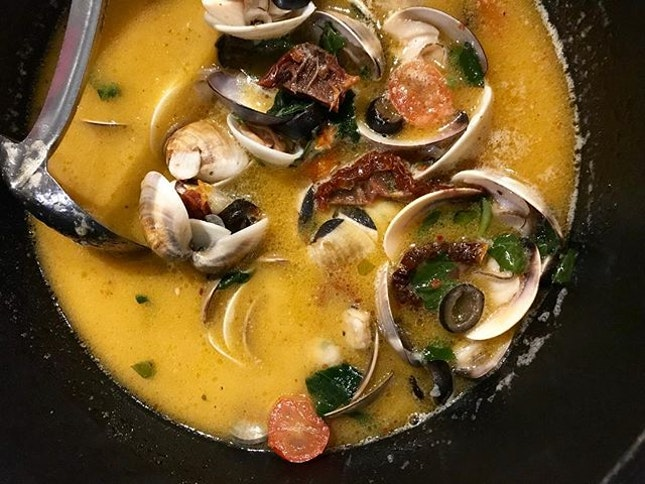 A pot of Clams with Zupplavongole sauce (approx 900g), paired with garlic bread...